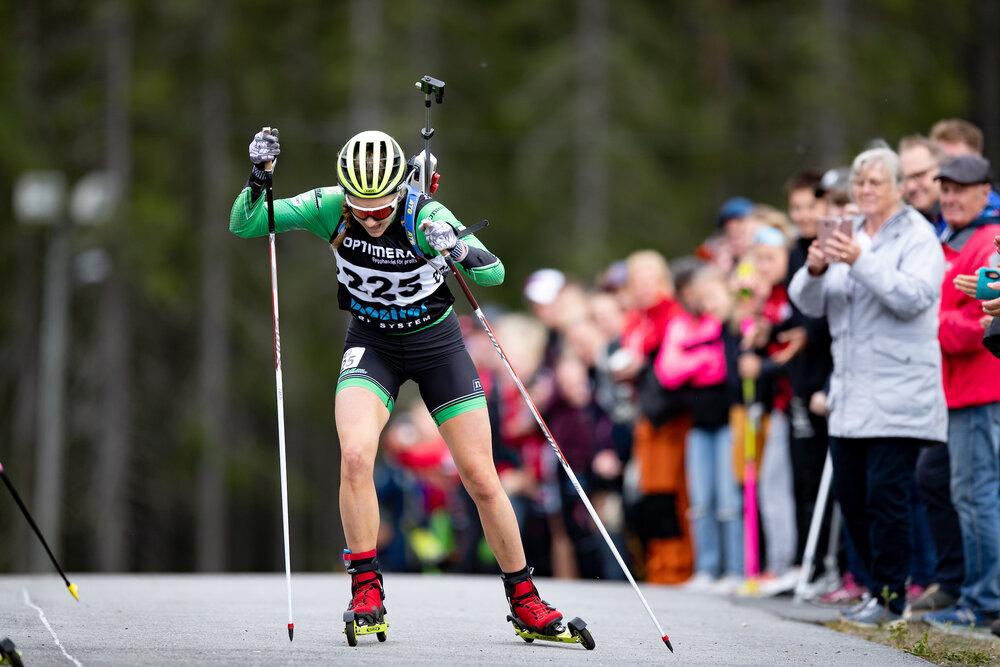 Stina Nilsson på upploppet under lördagens sprint. Foto: Per Danielsson