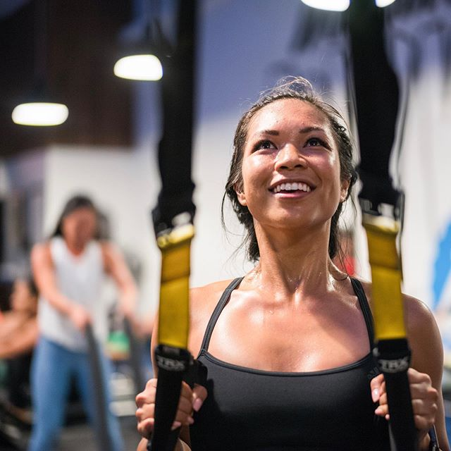 Literally dripping in sweat at last night's session at @trainingmate in WeHo with #adidasRunnersLA. @reubenmourad reminded me of how weak my upper body is compared to my lower body (swipe for my photo NOT killing it at the ropes 😂)! But had so much fun with my girls and can't wait to come back again soon. Any other runners feel like their arms are noodles compared to their legs?! 🙋🏽‍♀️ (Full review of @trainingmate up on my blog, link in bio!)