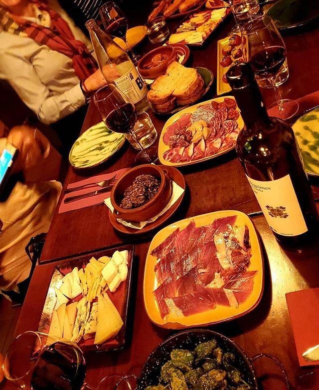 tasting Barcelona on the cultural tapas and wine experience. Exclusive small group experiences.  Pic by: @jessskaah_  #barcelona #visitbarcelona #gothicquarter #architecture #arquitectura #wine #vino #vi #jamón #pernil #ham #iberianham #jamoniberico #architecturelovers #bcn #barna #ciutatvella #local #culture #oldest #neighbourhood #gothic #barrigòtic #catalunya #catalonia #tastebarcelonatour