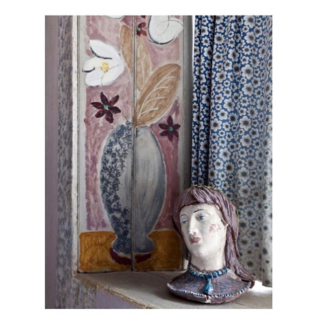 Working on new prints which means researching colour and colour combinations. All the fun stuff! 🥳 Catching my eye today is this wonderful little corner from Charleston, the Bloomsbury home of art and ideas. Heaven 💕✨ #colourhunting #interiordesign #interiordecorating #decor #mural #wallart #pottery #ceramic #handpainted #art #bloomsbury #homestyle #pattern #textiles #fabric #edittextiles