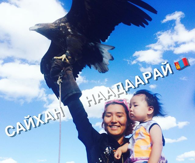 👩‍👦🦅When kindergarten pickup is at 4:30pm and the eagle hunt starts at 4:45pm🤷🏻‍♀️ #workingsisters #gottawork #mongolianish #throwbackstory #mongoliannature Post idea inspired by an ad on @britaochparisa
