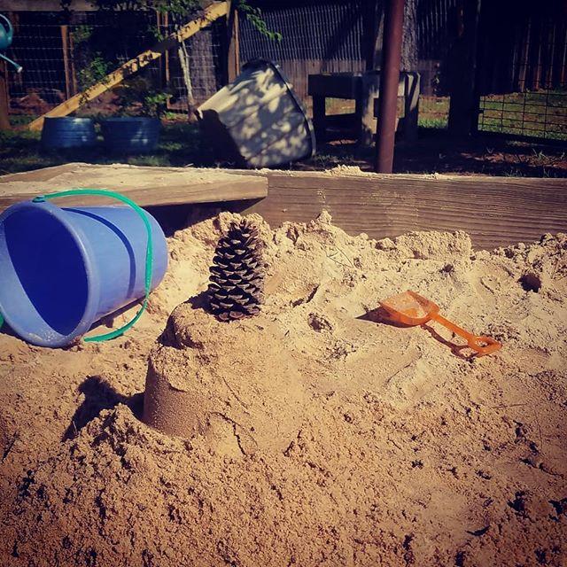 Building castles or cakes? #youdecide #pineconetopping #outside #itsdelicioudoutside #youshouldgothere #thisisoakgrovemontessori