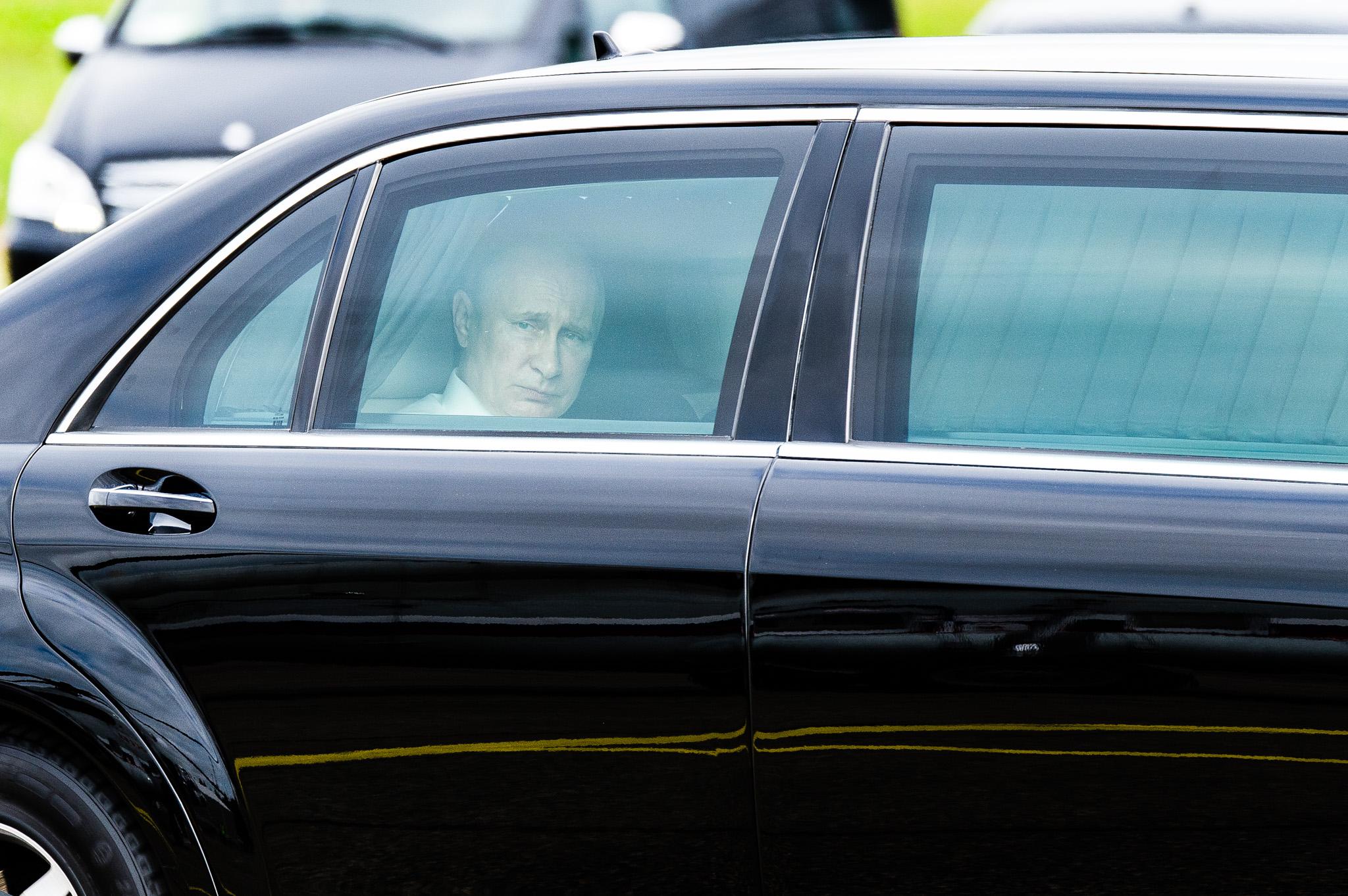 Vladimir Putin katsoo ulos limusiinistään Savonlinnan lentokentälle hetki saapumisen jälkeen, Iltalehti 2017.
