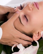Medex - Medex- ihonhoitotuotesarjan teho perustuu alkujaan hollantilaisten biokemistien ja farmakologien pitkäjänteiseen tutkimustyöhön ja tuotekehitykseen sekä luonnonmukaisiin raaka-aineisiin. Medex-hoitomenetelmän avulla läpäistään ihon luonnolliset suojaukset jolloin tehoaineet pääsevät imeytymään tehokkaasti. Näin iho saatetaan takaisin alkuperäiseen tilaansa. Medexiltä löytyy jokaiselle ihotyypille sopiva hoito,joissa tulokset näkyvät heti hoidon jälkeen. Hoitoa on tärkeä jatkaa kotona säännöllisesti oikein valituilla hoitotuotteilla, joita voit hankkia hoitolastani.