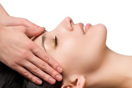 Intialainen päähieronta - Intialainen päähieronta on luksusta kiireiselle ja stressaantuneelle ihmiselle. Hieronta tehdään asiakkaan istuessa. Hoito kohdistuu niska-hartiaseutuun, käsivarsiin, korvalehtiin sekä päänahan ja kasvojen alueisiin. Se rentouttaa jännittyneitä lihaksia ja parantaa pään verenkiertoa sekä helpottaa migreenin ja päänsäryn oireita. Hoito antaa syvää levollisuuden tunnetta ja parantaa keskittymiskykyä. Usein myös unen laatu paranee.