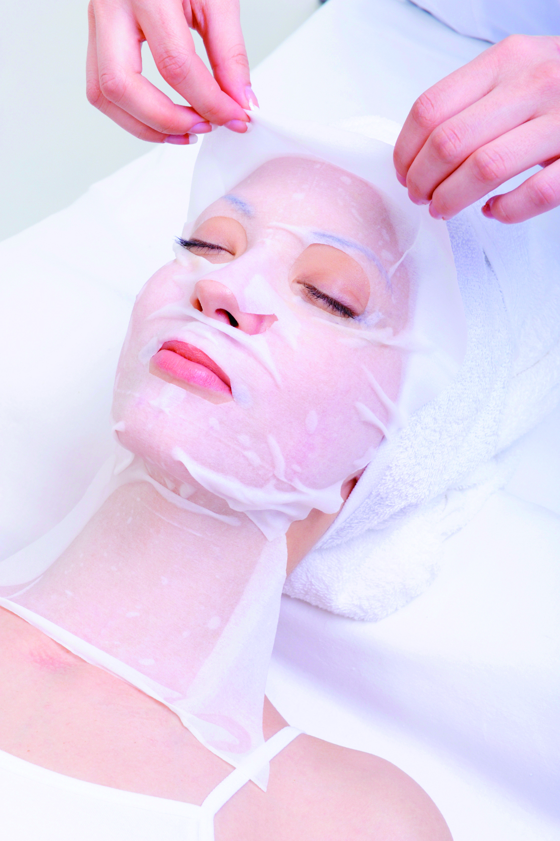 Microneulaus - Mikroneulaus on tehokkaimpia hoitoja kun haluat hoitaa iholtasi vanhenemisen merkkejä (rypyt ja juonteet), arpia (akne, raskaus, kirurgiset toimenpiteet), hyperpigmentaatiota (maksaläiskät) ja suurentuneita huokosia. Couperosaiho vahvistuu, ja ihon väri tasoittuu.Rullauksella syntyy tuhansia mikrokanavia ihon dermikseen jolloin tehoaineet imeytyvät huomattavasti paremmin. Hoito stimuloi ihoa uudistumaan ja korjaamaan itseään luonnollisesti ja turvallisesti; kollagenin ja elastiinin tuotanto paranee, uusia ihosoluja syntyy nopeammin ja verenkierto paranee.Mikroneulauksen teho paranee sarjahoidon edetessä.