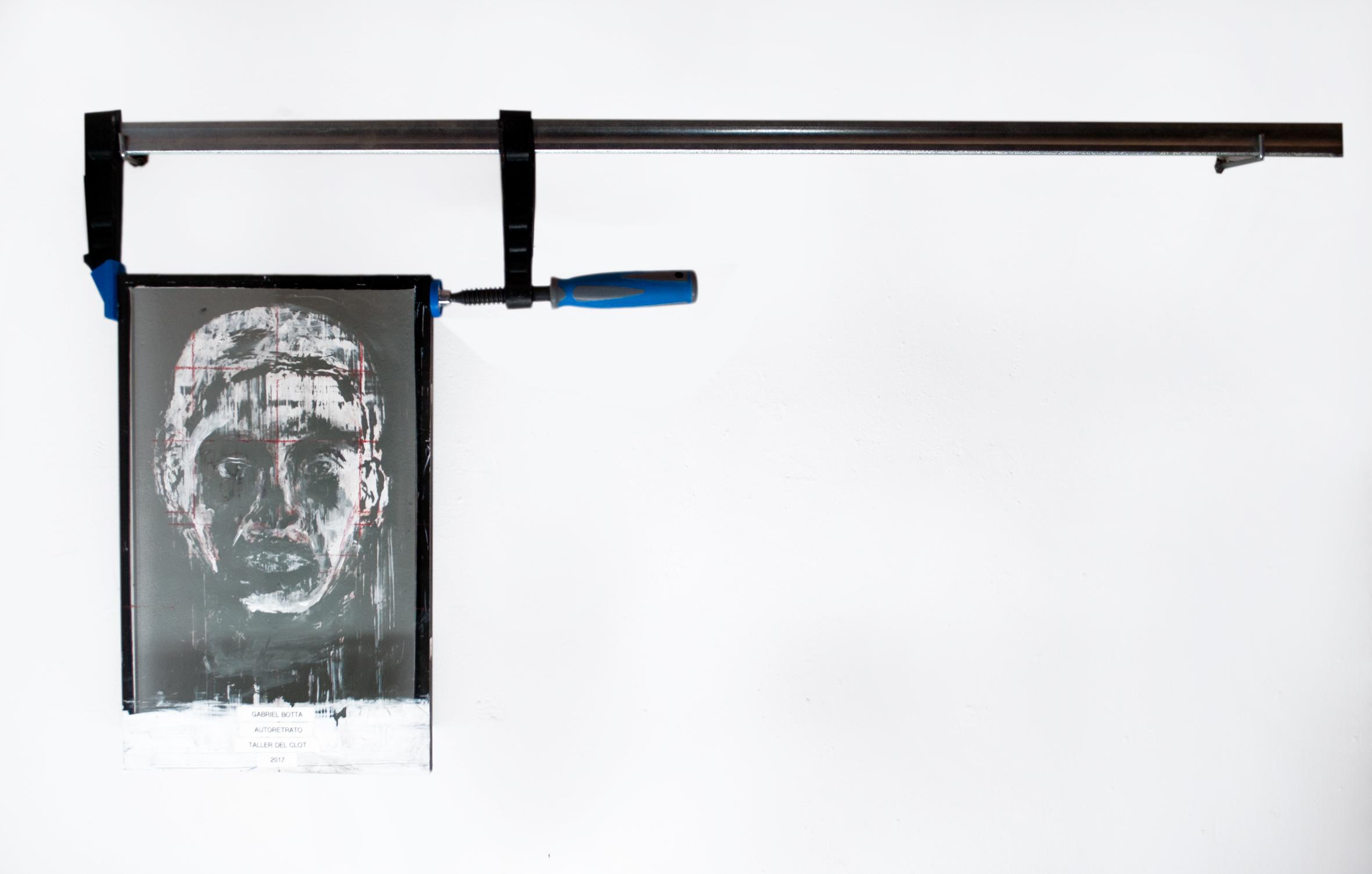 Autorretrato  2017  Sargento, vidro, suportes, tinta esmalte e fitas de rotulador.  110 x 57 cm   Coleção Particular