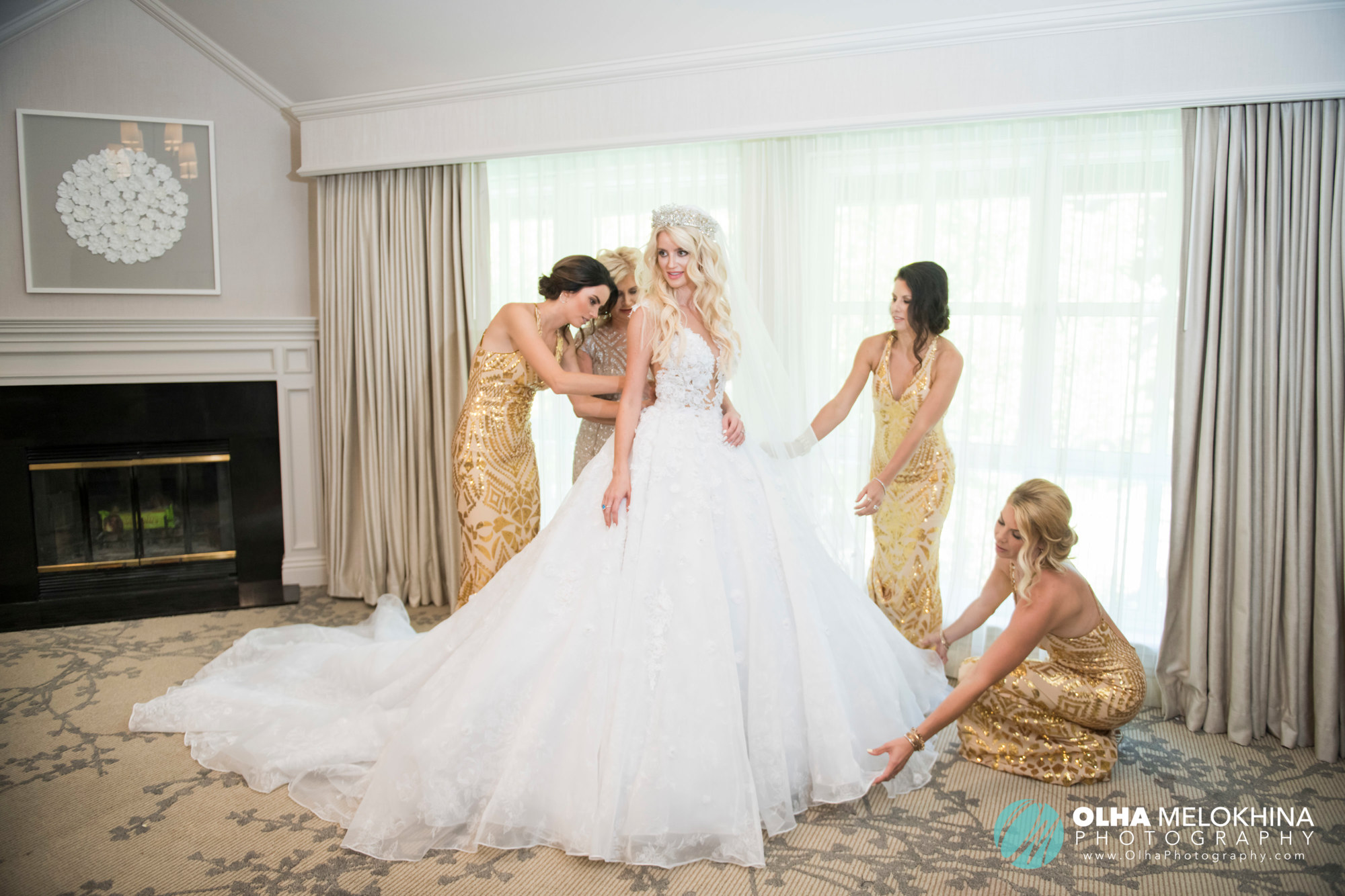 What a jaw-dropping look. Bride, mother of the bride & her bridesmaids.