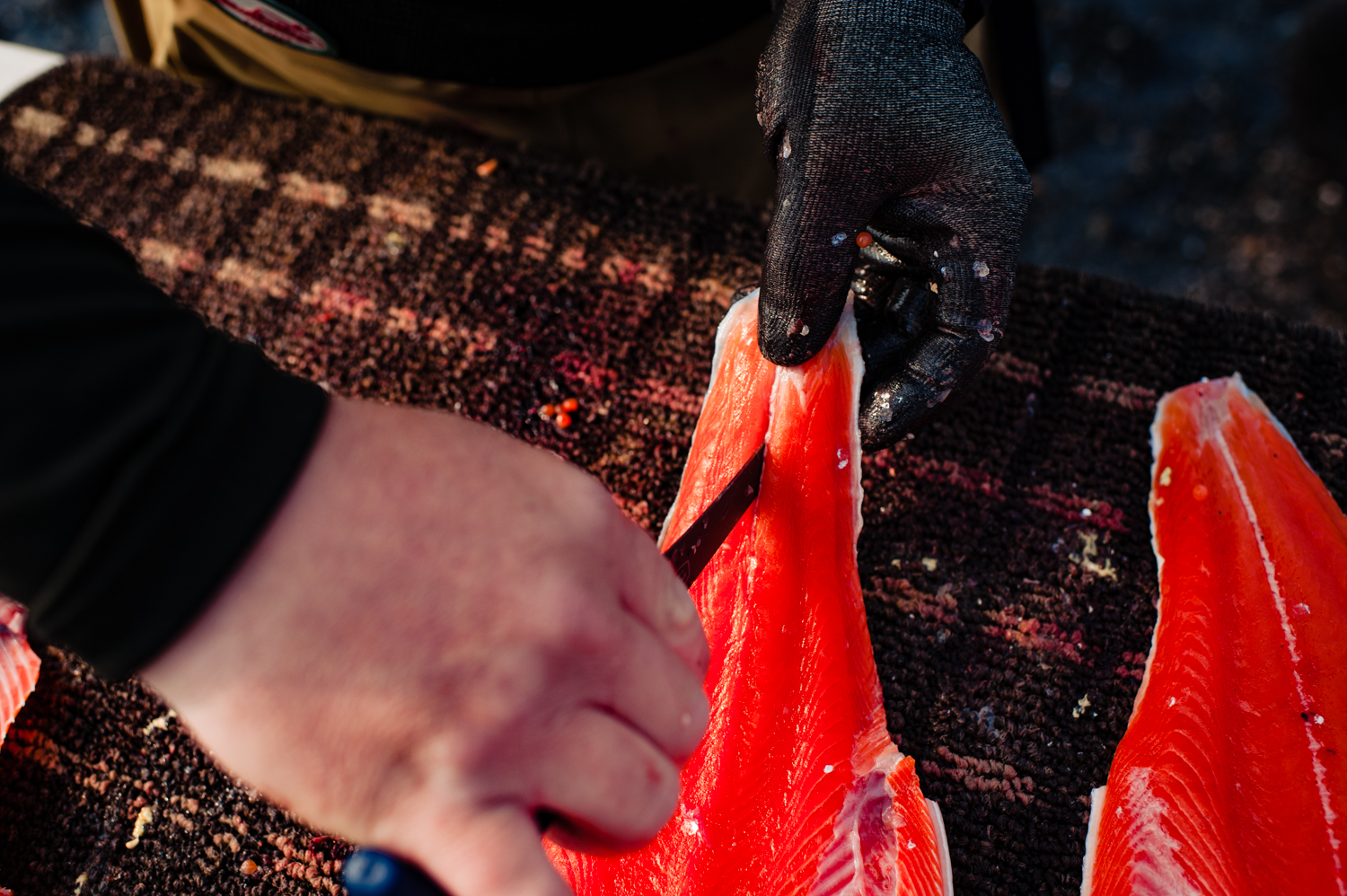 Step 17: In order to be able to handle the salmon easier, we cut a finger sized slit near the tail end.