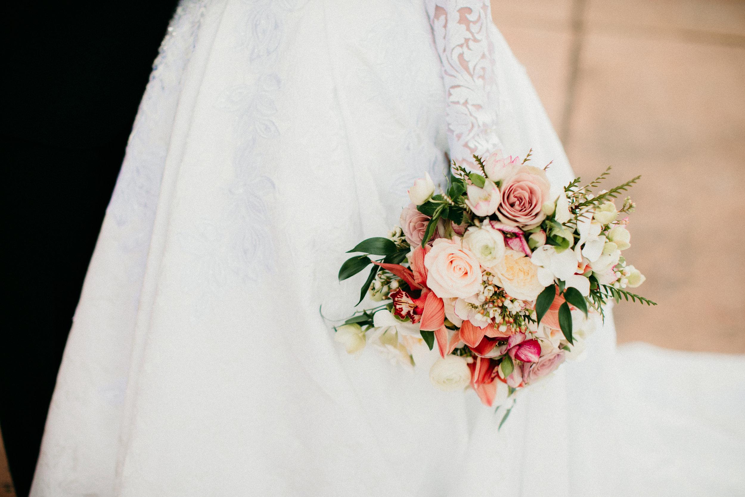neutral-wedding-bouquet-flowers