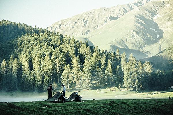 « Dans les Pyrénées, au-dessus de Saint-Lary, la route des lacs. »