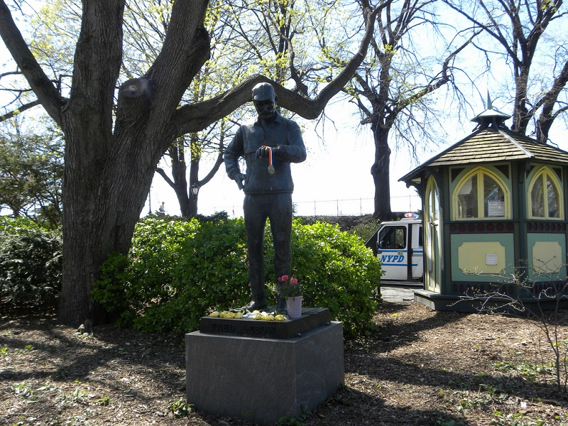 Une statue en l'honneur de Fred Lebow, à Central Park.