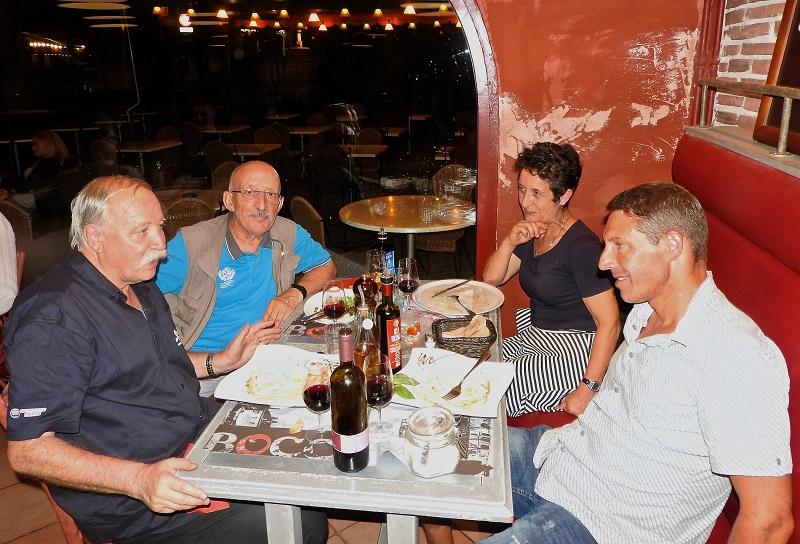 Jean-Claude Moulin (à gauche) et Noël Tamini (à sa droite) avec Pierre Morath (tout à droite), réalisateur du film Free to run.