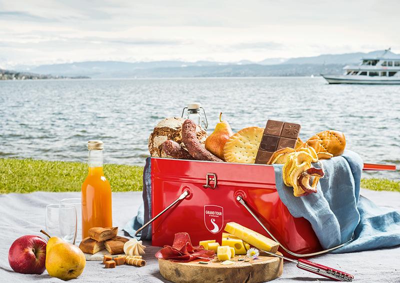 Le panier de pique-nique qui peut-être rempli de spécialités locales dans plus de 40 points de vente dans toute la Suisse.