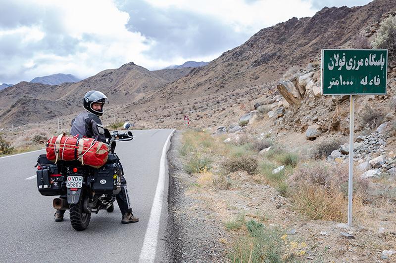 Marvin sur sa BMW, après le passage de la frontière iranienne.