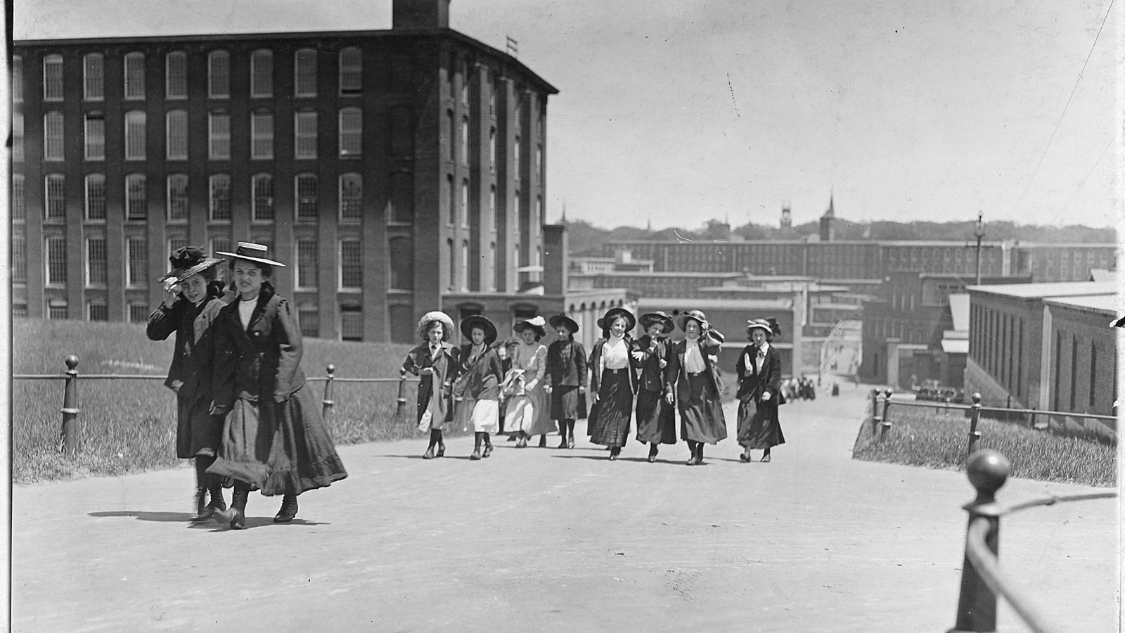 1600px-Some_of_the_girls_who_work_in_Amoskeag_Mills._Manchester,_N.H._-_NARA_-_523201.jpg