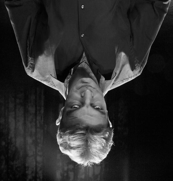 UN SPECTACLE QUI EXPLORE LES RÊVES LUCIDES, ÉVEILLÉS, GIGOGNES ET PRÉMONITOIRES DES SPECTATEURS AVEC LA LANGUE DES OISEAUX : LE LANGAGE DE L'INCONSCIENT …  ©Vincent Bouvier