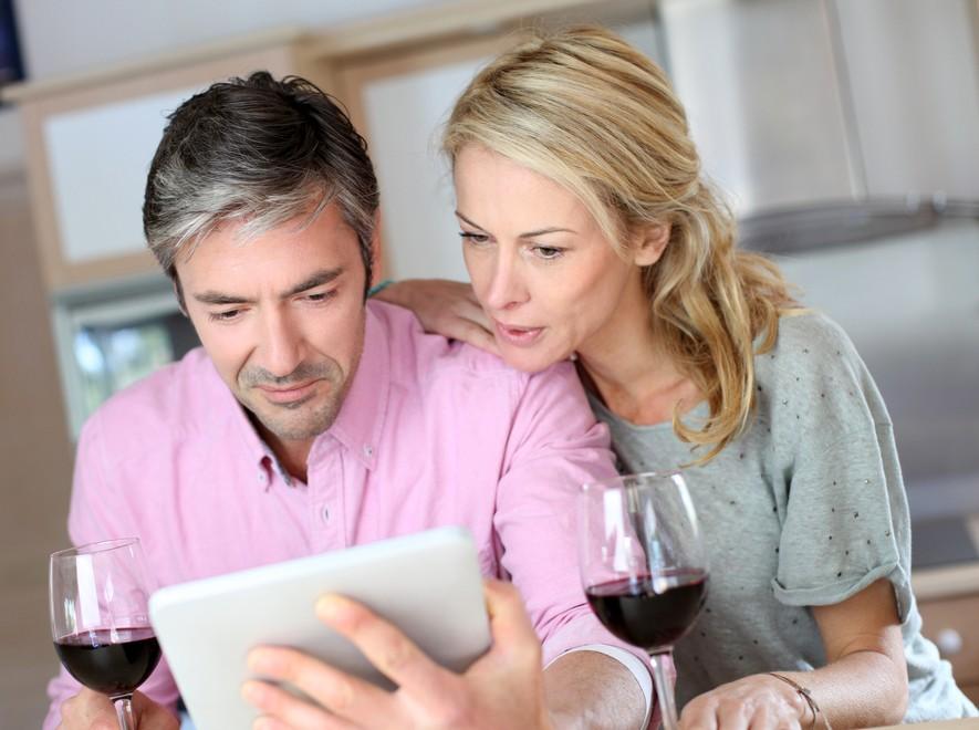 Couple-drinking-wine.jpg