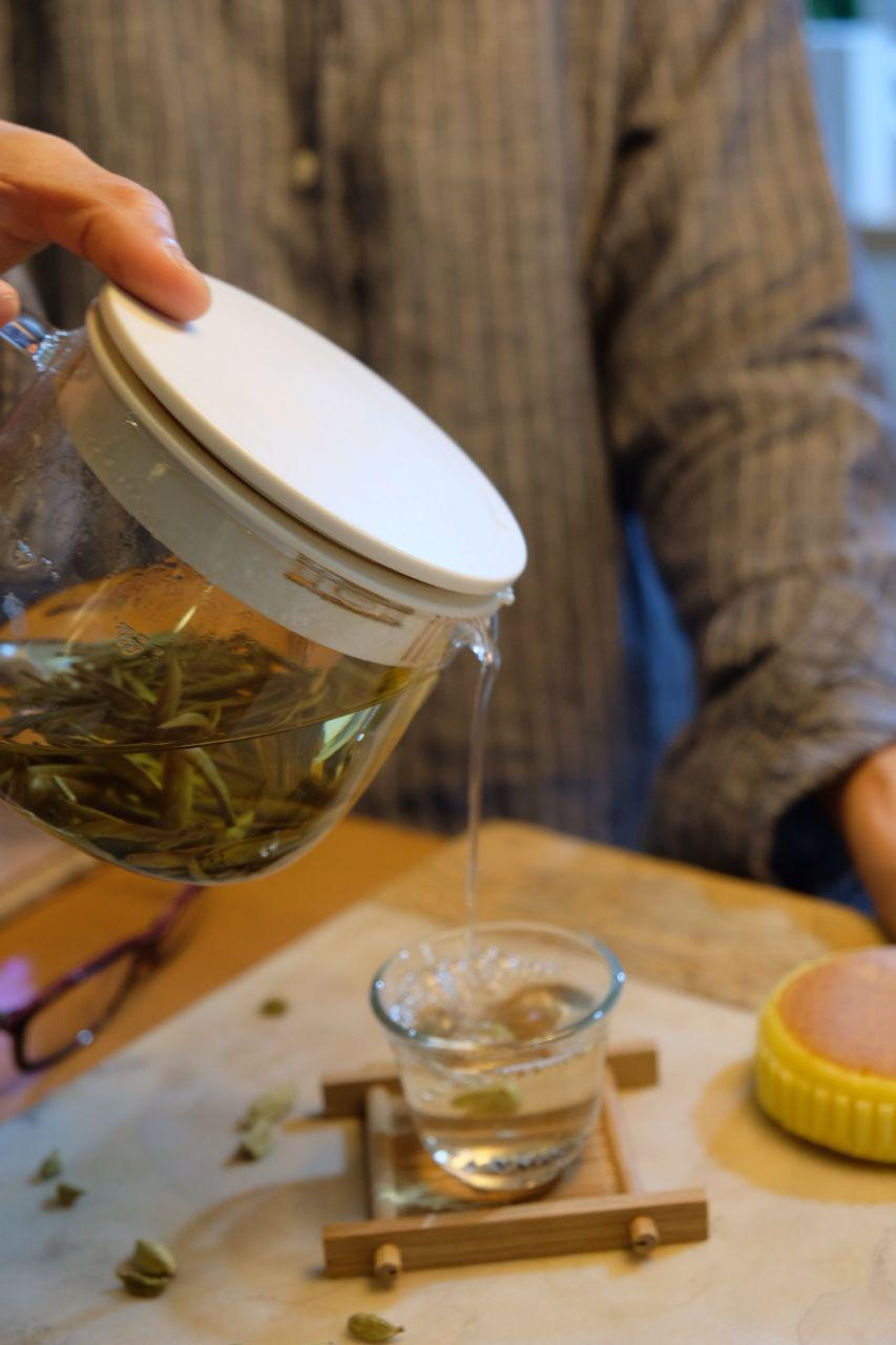 WHITE TEA TASTES LIGHT & REFRESHING - White tea is highly regarded by tea lovers because of its pure, light and diluted taste. It will remind you of spring water, sweet, light and refreshing,But don't forget that this diluted taste comes with natural antioxidants that can help repair damaged cells.