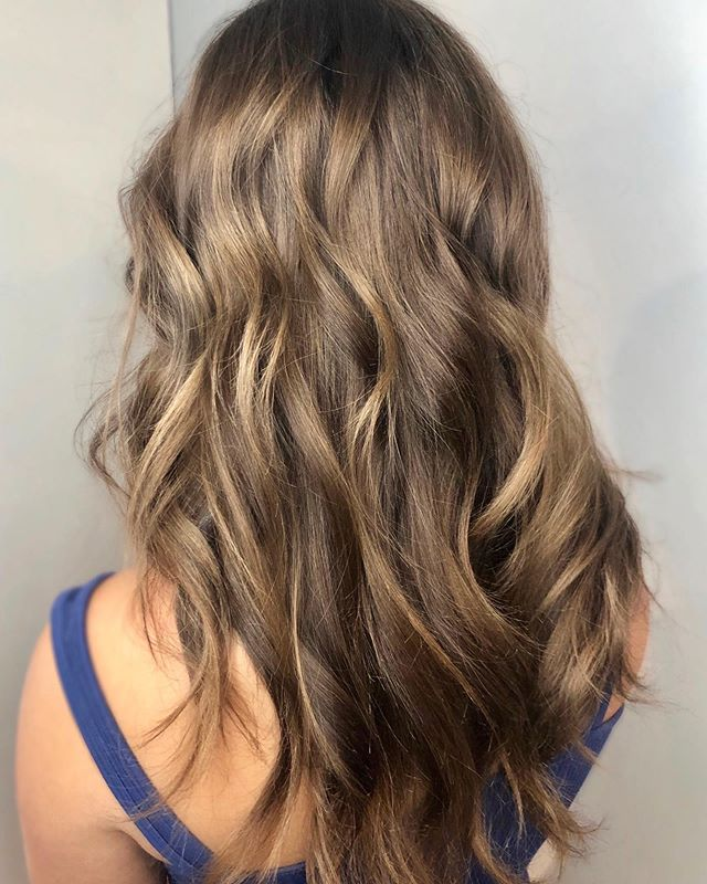 A fresh, soft balayage with depth and waves that have us looking for the beach 😍 #alook served up by @rachele_rose . . . . . .  #urbanehairsalon #guilfordcthairsalon #guilfordct #trends #naturalhair #ctshoreline  #healthyhair #shine  #bestofhair #cthairartists #modernsalon #behindthechair #licensedtocreate #stylistshopconnect #maneinterest #stylistsupportstylist #salonpick #balayage