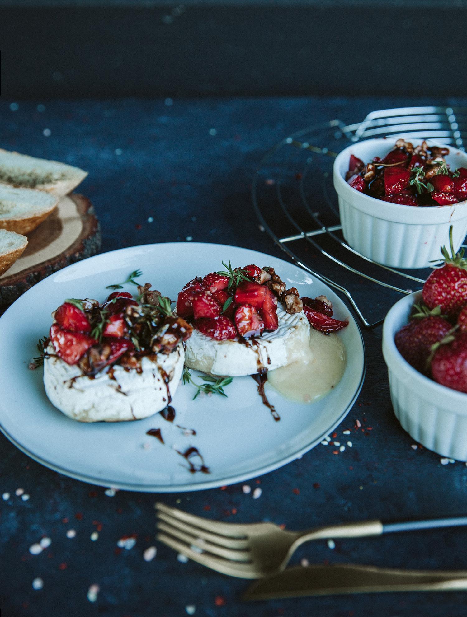 Grilled camembert with strawberries - Keptas camemberto sūris su braškėmis