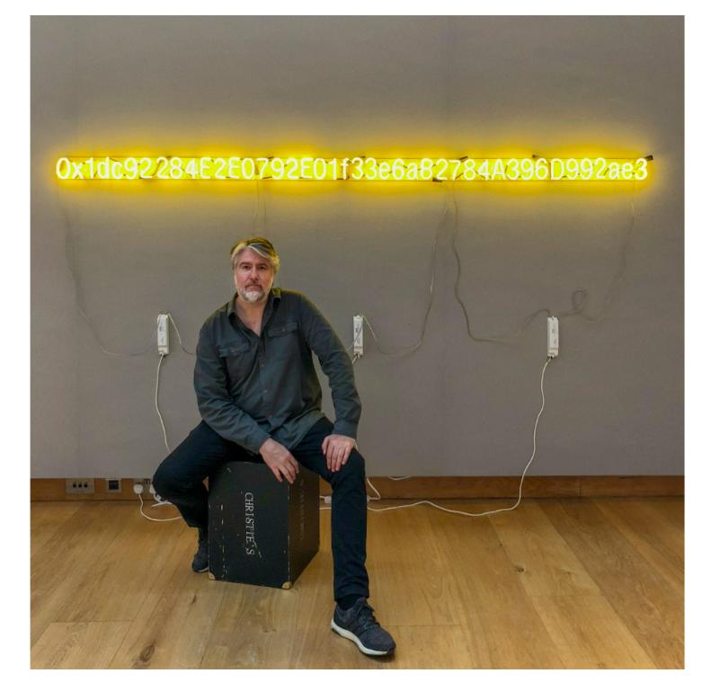 Der Künstler Kevin Abosch mit dem Neon-Werk «Yellow Lambo». (London, 17. 7. 2018) / Christie's London