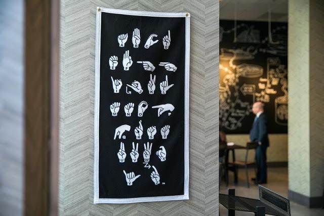 Starbucks-inaugura-primer-café-para-personas-con-discapacidad-auditiva-07.jpg