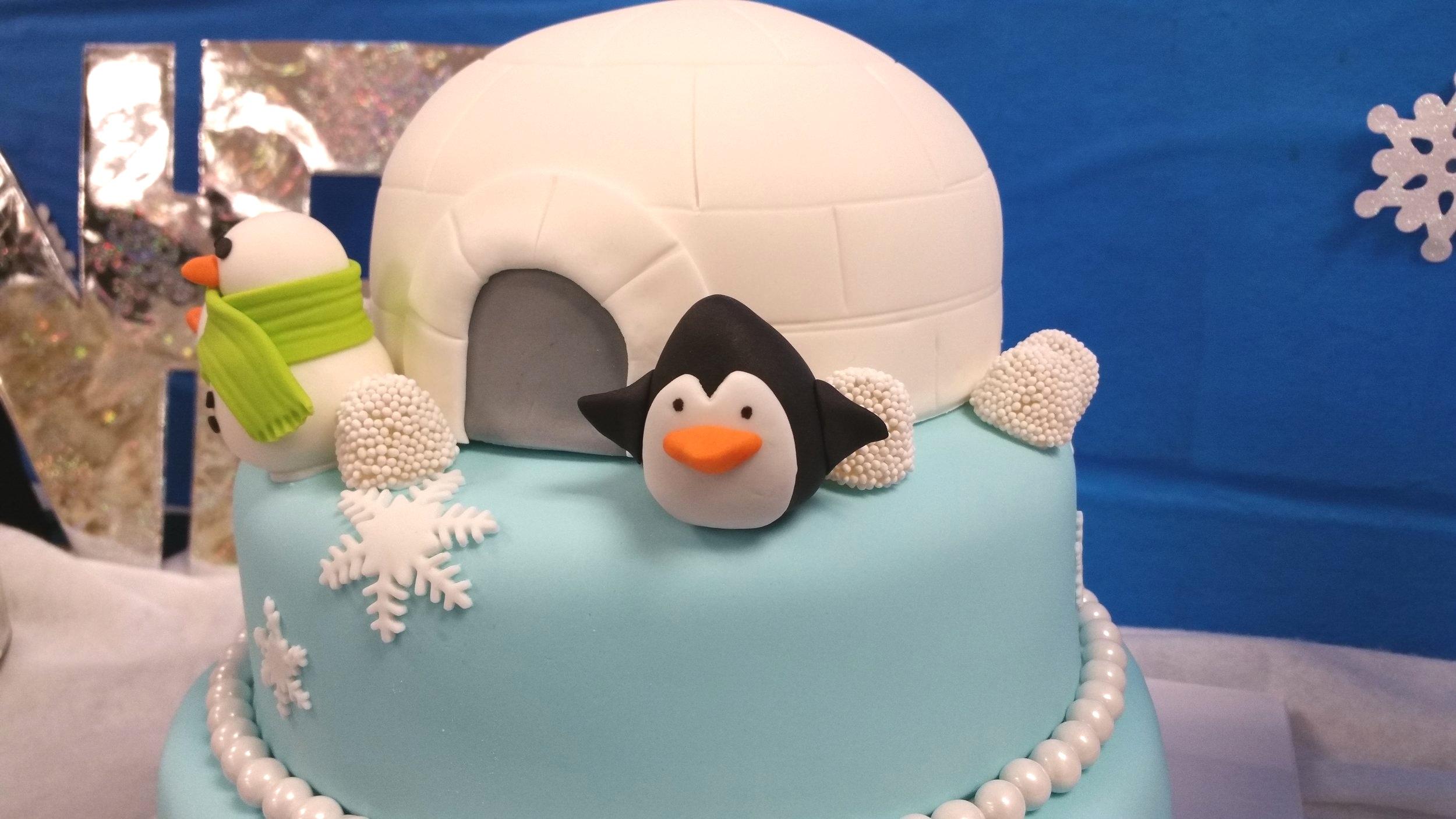 Igloo+cake+penquin+smowman+fondant+birthday+cake+jellybeantrail.jpg