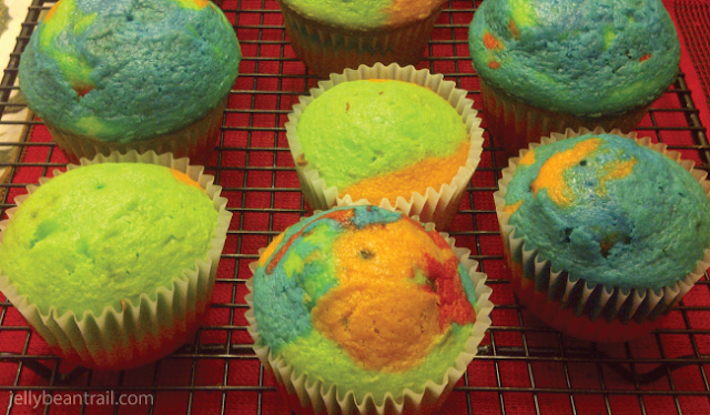 tie-dyed-cupcakes-no-icing.png