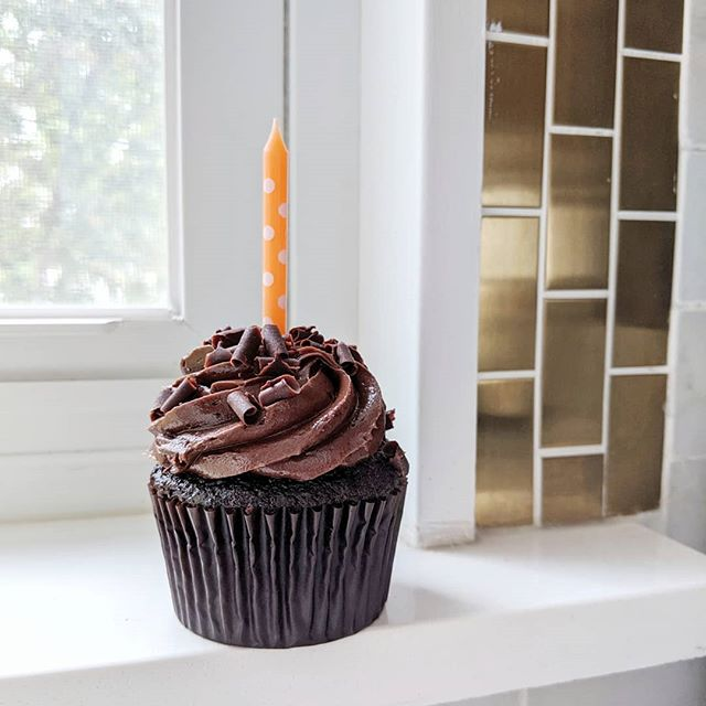 It's the beginning of our heavy birthday season. 🎉 Oh wait, I have seven kids. 👶It's always birthday time around here, lol.🧁 It's @its.cole @itscoleskitchen birthday today. Let's wish her a happy day. 🥰 And check out her page, she has great #food #recipes #foodphotography . . . . #cupcakes #birthday #toronto #personalchef