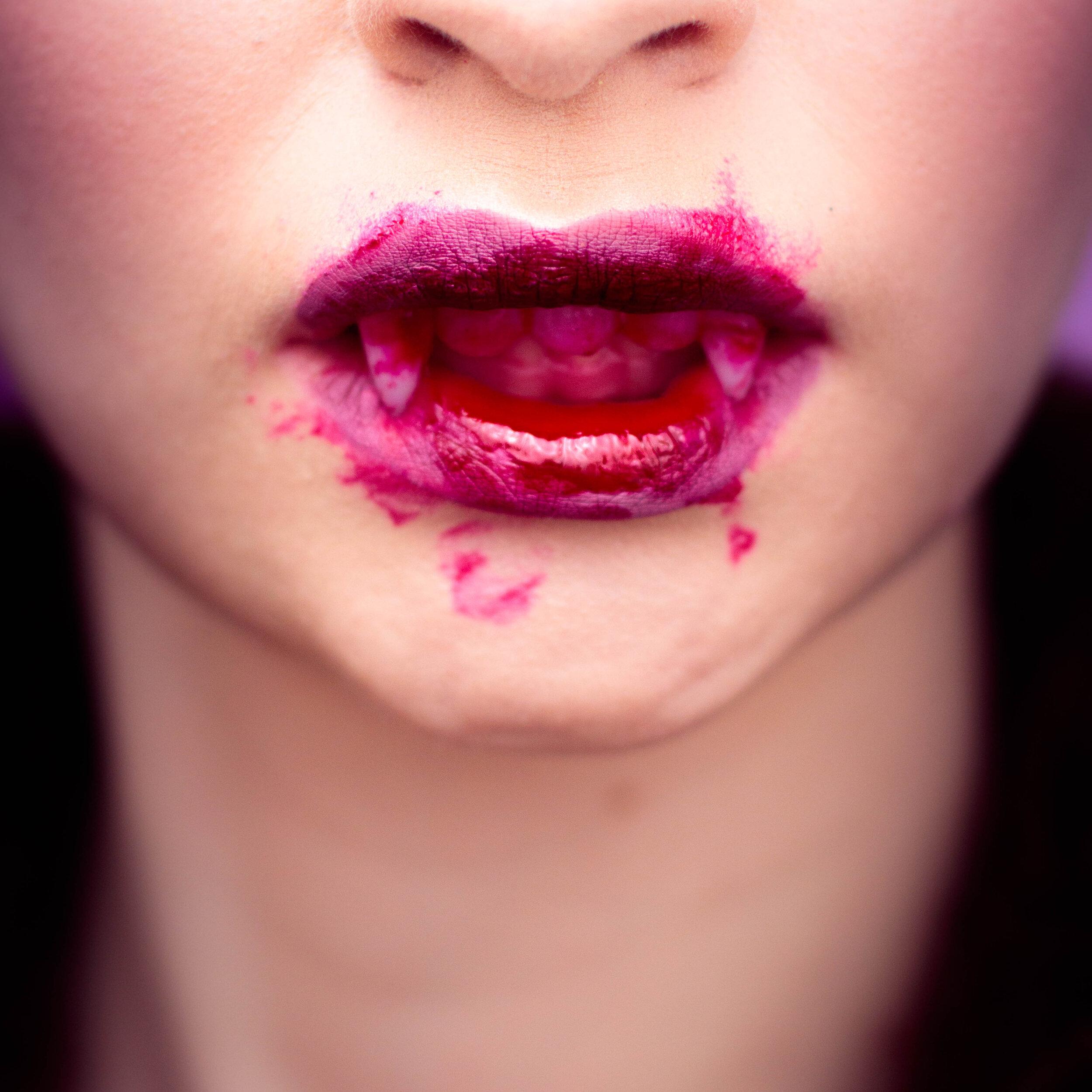vintage-vampire-halloween-makeup-pauuulette-close-up-1.jpg