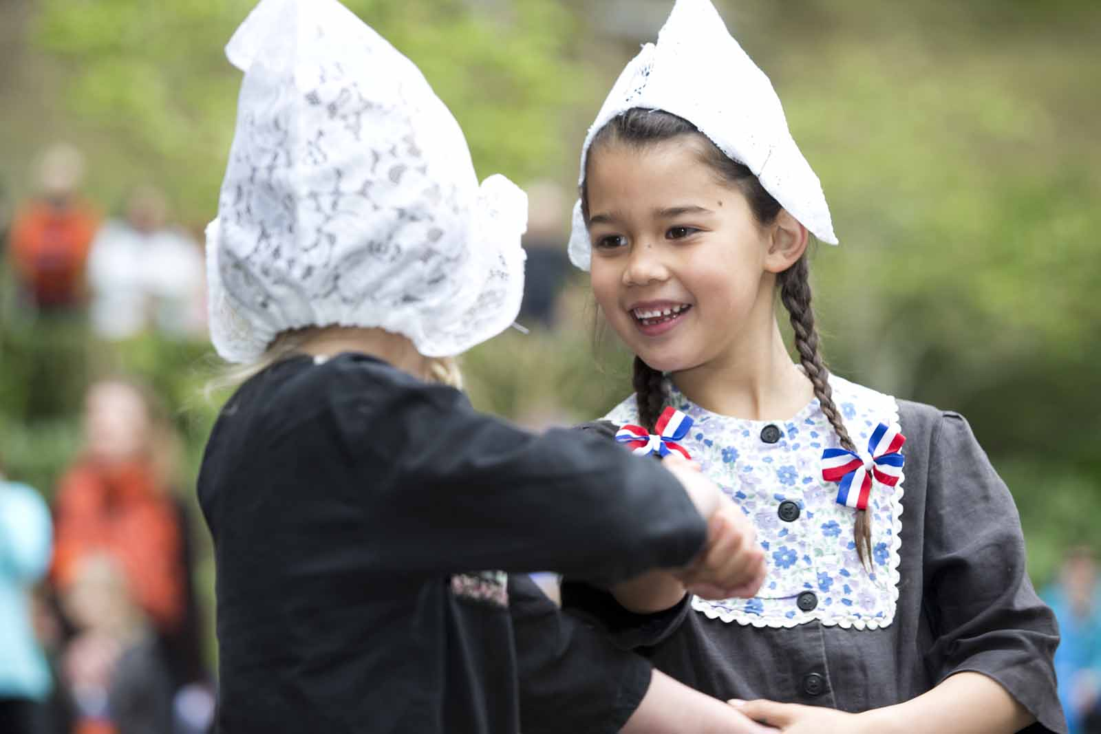 Dutch-girls-dance-traditional-costume.jpg