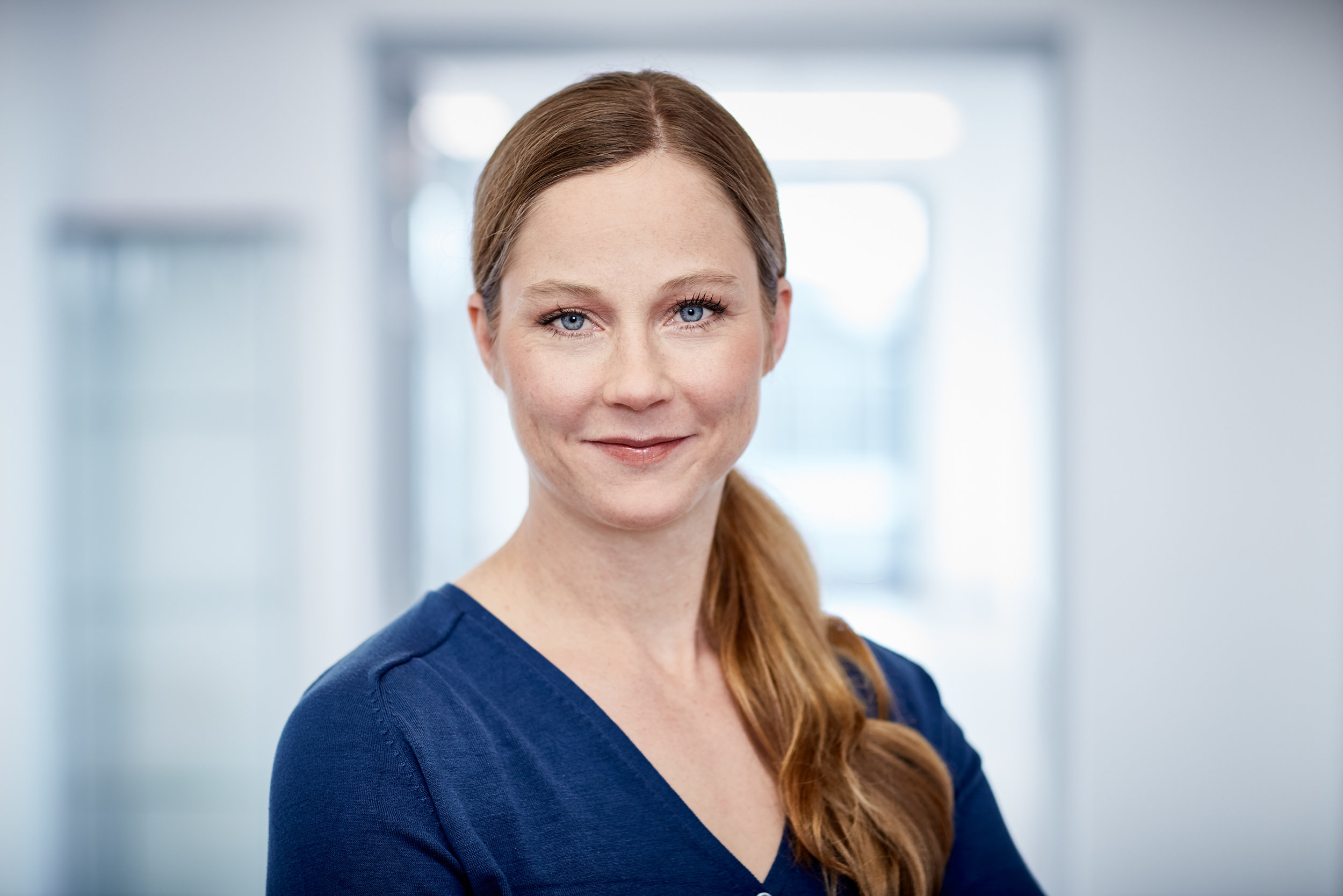 """Kornelia Aigner - Dipl.-Biologin:    Als wissenschaftliche Mitarbeiterin des Medias Klinikums plant und betreut sie Studien zur regionalen Chemotherapie. Ihr Forschungsschwerpunkt ist der Immunstatus und das Tumormikromilieu während der Therapie. Außerdem leitet sie den Bereich """"Personalisierte Medizin""""."""