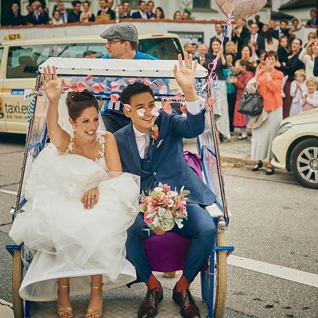 Es muss ja nicht immer ein SUV oder ein Oldtimer sein. Auch eine #rikscha ist vor allem bei dem Verkehr in München praktisch 🙃😉 Was würdet ihr bei eurer Hochzeit nutzen? . . #muc #münchen #089 #wedding #hochzeitsfotografie #hochzeit #braut #brautkleid #peopleinnature #weddingdress #bride #dress #gown #groom #bridalclothing #romance  #wedding #ceremony #happy  #photography #formalwear #marriage #event #meadow #landscape #bridalaccessory #grassland #flashphotography