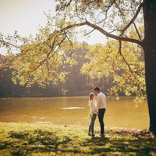 """""""Jeder geliebte Mensch ist der Mittelpunkt eines Paradieses."""" . . #wedding #hochzeitsfotografie #hochzeit #braut #brautkleid #peopleinnature  #bridalclothing #romance  #grassland #love #together #romantisch #lieblingsmensch"""