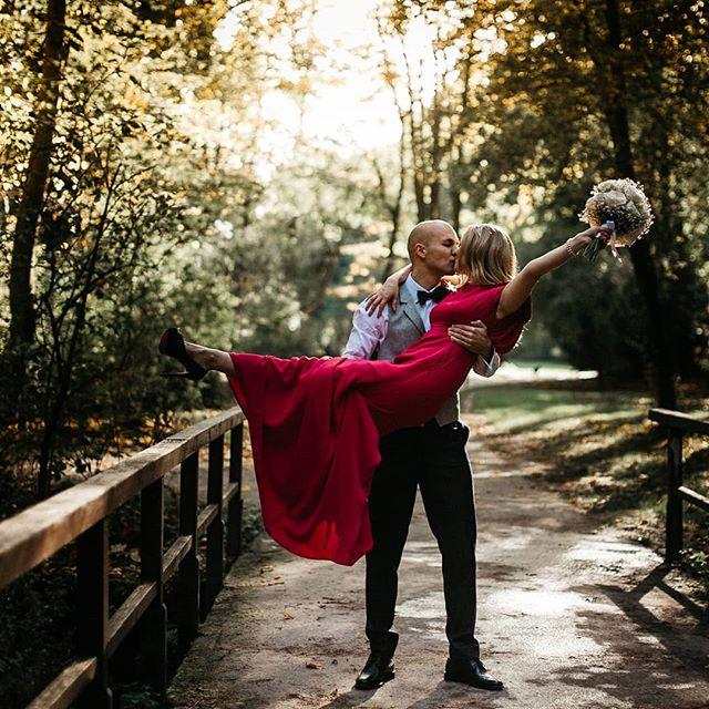 Langsam färben sich die Blätter orange und tauchen die Parks und Wälder in ein ganz tolles Licht. Der Herbst ist für viele Fotografen die Lieblingsjahreszeit 🍂🍁🎃 . . #hochzeit #hochzeitsfotografie #standesamt #fotoshooting #liebe #lieblingsmensch #wirhabenjagesagt #justmarried #wunderbar #bride #dress #shesaidyes #weddingday
