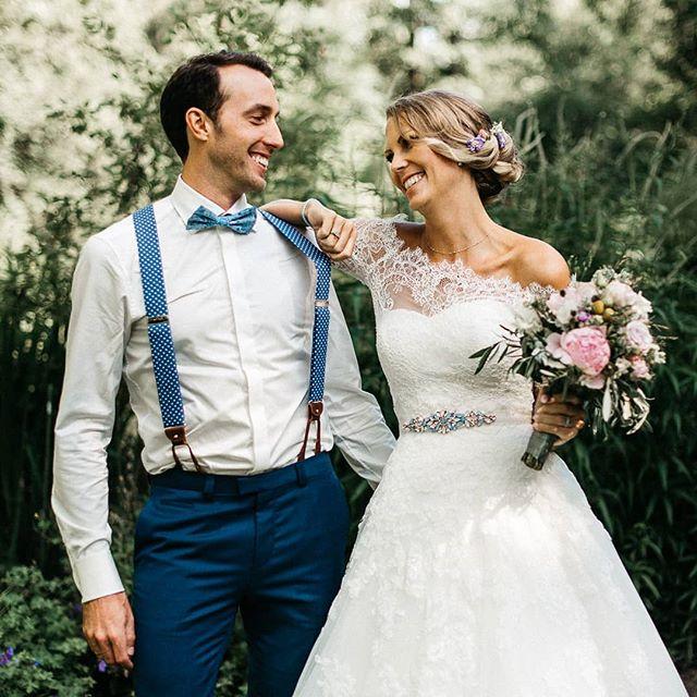 Wenn das Sakko weg ist, wird auch die Stimmung beim Fotoshooting lockerer 😎 . . #hochzeitsfotos #hochzeitsfotografie #instabride #bride2020 #bride #groom #hochzeit #shesaidyes #siehatjagesagt #hochzeitsfotograf #hochzeitskleid #weddingday #wedding #weddingdress