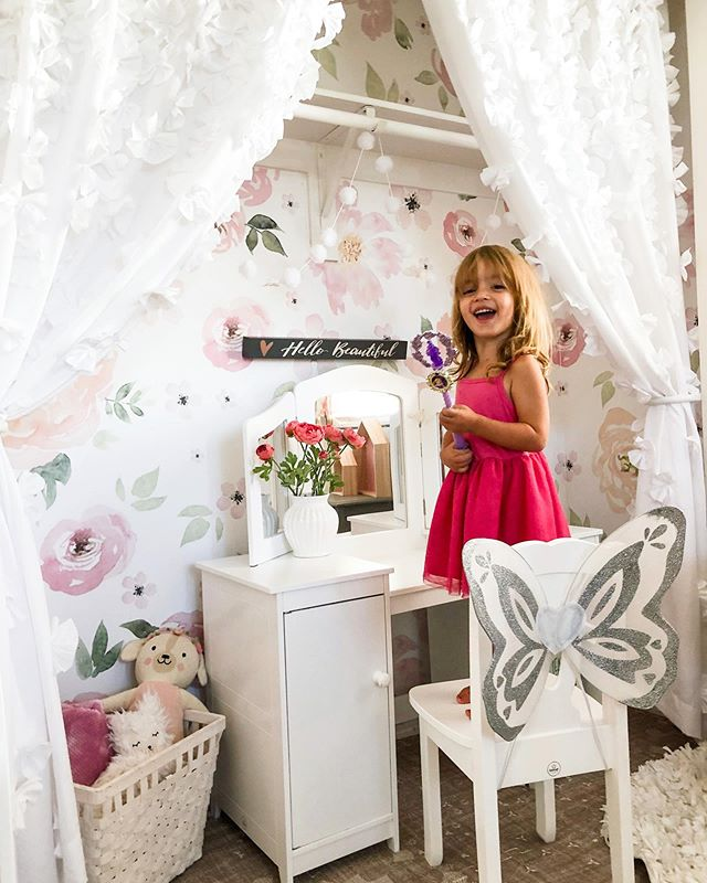 I decided to make Penelope's closet a little vanity nook! I used her current @rockymountaindecals wall paper that she already had in her room (in the Bella) and put it on the inside of her closet for a POP! She's loving the new addition to her room! 🌸 #rockymountaindecals