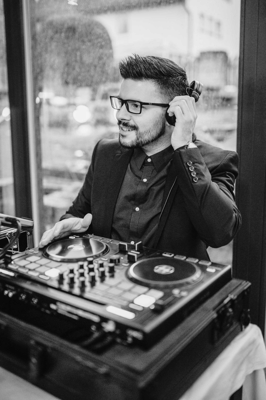 """DJ - Hochzeiten, Firmenfeiern, Geburtstage oder ähnlich festliche Anlässe gewinnen durch eine passende musikalische Untermalung und die damit gesetzten Akzente. Ich stehe Ihnen bereits in der Planung der Veranstaltung zur Seite, konzipiere ein individuelles Repertoire an Musik ganz nach Ihren Wünschen und ich bin bei der Veranstaltung nicht nur """"hinter dem Pult"""", sondern auf Wunsch auch moderierend für Sie tätig."""