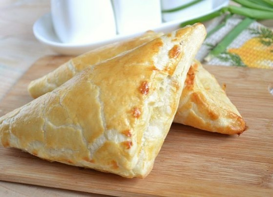 🇬🇪 G e o r g i a n  K h a c h a p u r i.  Delicious cheese wrapped with a puff pastry, warm out of oven. 🥐🧀 • • • Email us for catering in Salt Lake county! 🐭  #spudnikslc #georgianfood #khachapuri #saltlakecity #utah #catering