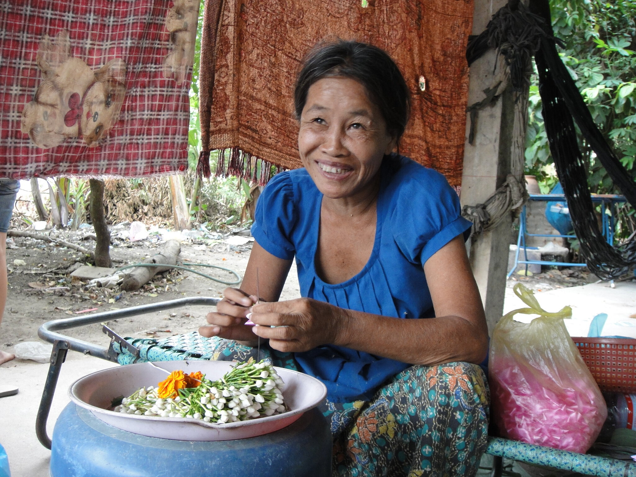 A stabilised woman with schizophrenia can now earn money from doingflowers guirlande for praying Buddha, June 2015.JPG