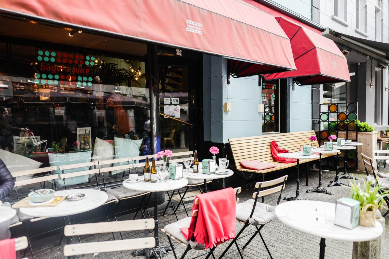 Kleine Berg - Bagel&Juice vestigd aan de Kleine Berg maakt deel uit van De Bergen. Dit is een wijk in Eindhoven die deel uitmaakt van het stadsdeel Centrum. De wijk kenmerkt zich door de diverse (eet)cafés en artistieke kunst-, boek- en antiekwinkeltjes.Zitplaatsen: Binnen 60. Buiten 25Kleine Berg 19 5611 JS Eindhoven 040 244 1340