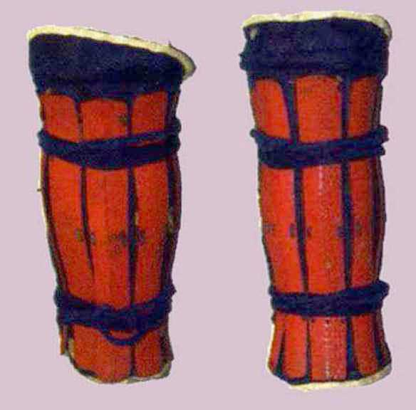 Suneate  of splints all around (no cutoff for the inner ankle) and padded cloth  tateage .  Edo period.