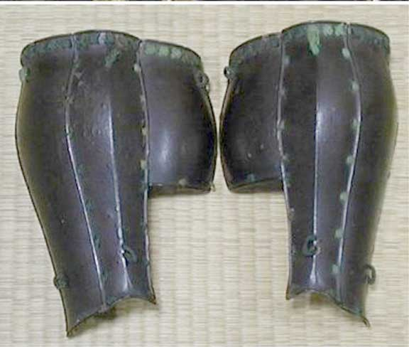 The remains of a pair of  tsubo suneate  with the  kikkô tateage  lost.