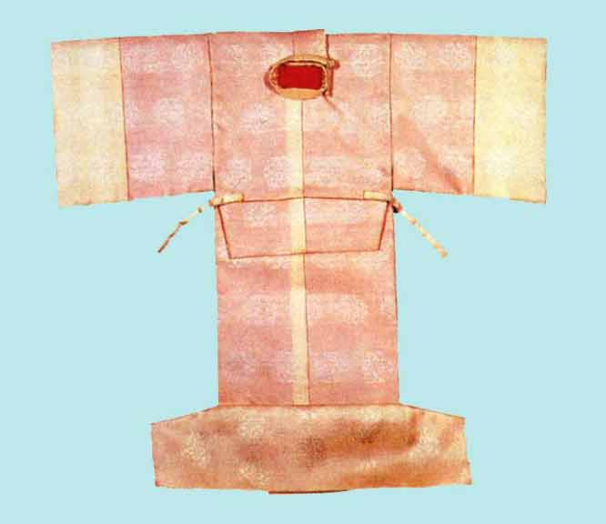 Back of a lined, winter  nōshi . In this case the outer fabric is a white gauze fabric which allows the color of the lining to show through.