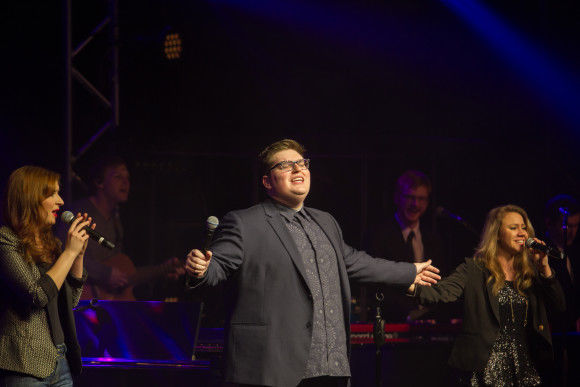 Jordan Smith leading chapel (photo: Jaclyn De Vries)