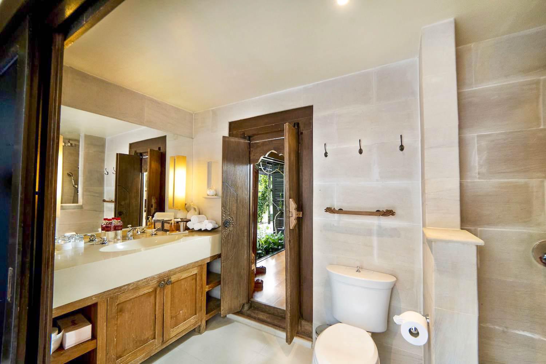 7.2 Bathroom 7 (Family Suite)-2.jpg