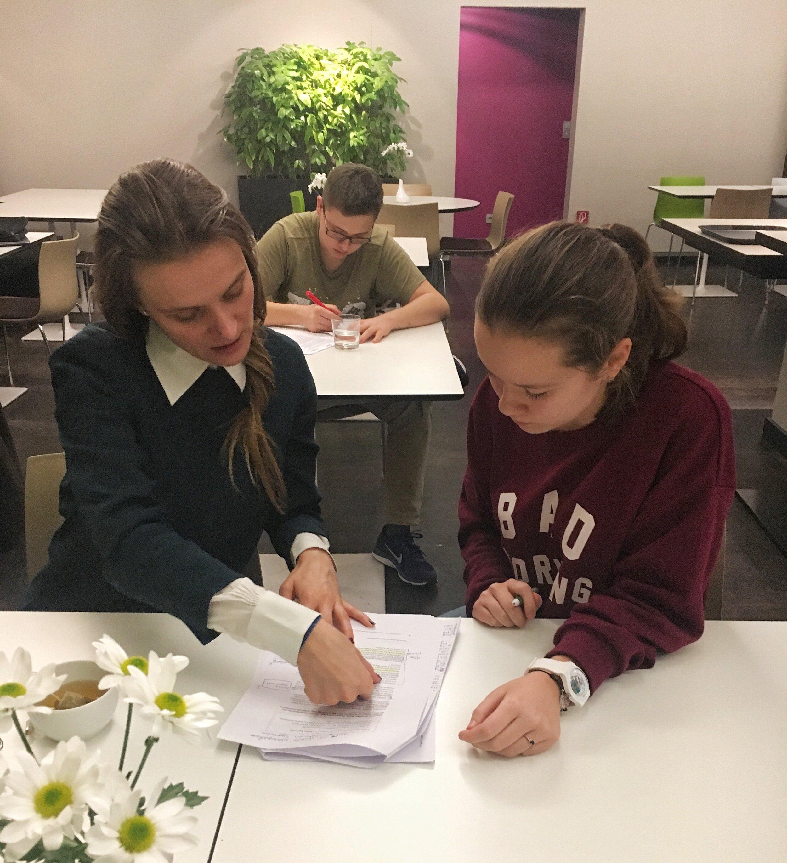 Светлана работает с Аней, ученицей программы и студенткой Colorado State University, над определением научного проекта в Берлине в 2018г.