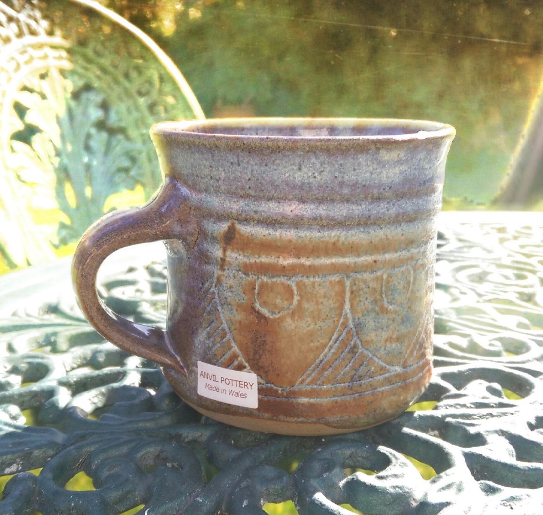 Y mug cyntaf wedi ei greu i ni gan Anvil pottery.