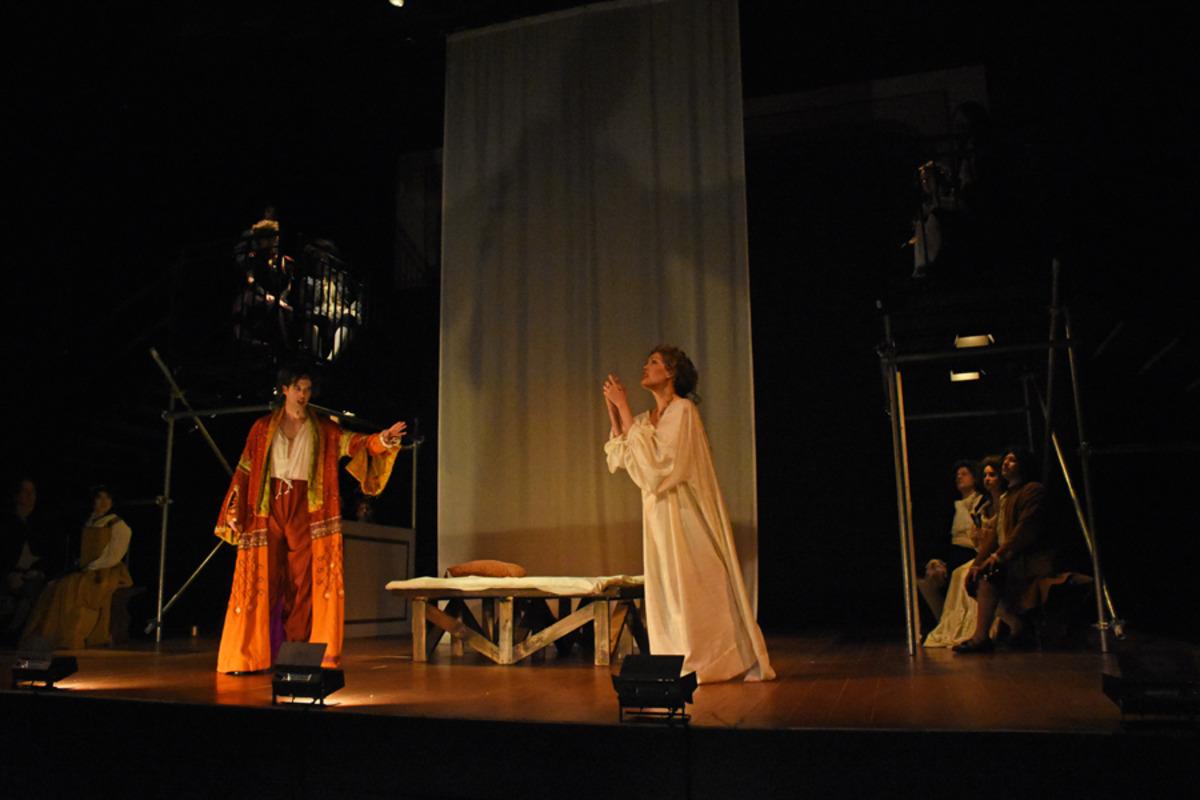 Kynaston (S. Owens) and Margaret Hughes (J. Sandidge) as cast looks on - Photo by Tina Buckman
